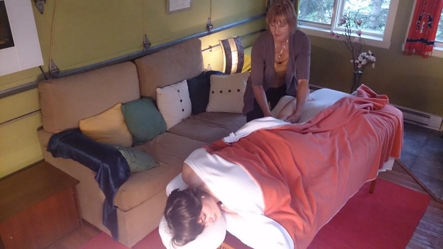 image of Sujati massaging a woman in her studio